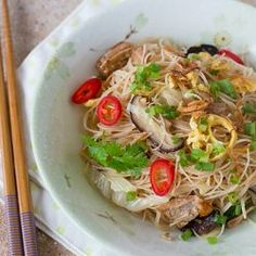 Easy recipe for fried bee hoon (rice vermicelli) with canned stewed pork. Peanut Recipes, Pork Recipes, Cooking Recipes, Chinese Beef Stir Fry, Lotus Root Soup, Rice Vermicelli, Japchae, Fries, Easy Meals