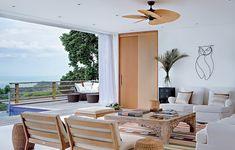 """Visto de cima, o mar parece infinito. O desejo de contemplá-lo levou o proprietário ao alto da encosta da praia Taguaíba, no Guarujá. """"A casa é comprida, com toda a área social e as quatro suítes voltadas para o oceano"""", diz a arquiteta Vanessa Féres"""