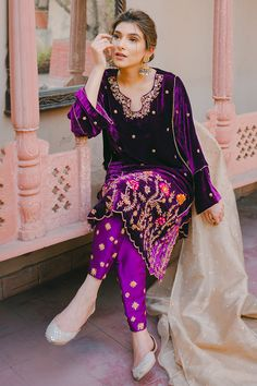 Beautiful Pakistani Dresses, Pakistani Dresses Casual, Pakistani Wedding Dresses, Indian Dresses, Salwar Suit Neck Designs, Neck Designs For Suits, Embroidery Suits Design, Embroidery Fashion, Women Wearing Ties
