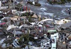11-Nov-2013 6:31 - RAVAGE REMT HULPVERLENING FILIPIJNEN. Op de Filipijnen komt drie dagen na de ramp met de orkaan Haiyan de hulpverlening nog maar moeilijk op gang. Reddingwerkers kunnen de zwaarst getroffen gebieden niet bereiken omdat wegen geblokkeerd en vliegvelden verwoest zijn. Steeds duidelijker is dat de ravage enorm is. De autoriteiten zeiden gisteren dat er zeker 10.000 doden zijn gevallen. Een nieuw cijfers is nog niet gegeven, maar functionarissen ter plekke zeggen dat het...