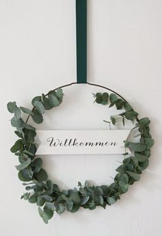 {DIY} Ein einfacher DIY-Eukalyptus-Kranz für die Haustüre (inklusive Printable) – Emma Bee Like many, many other people who are enthusiastic about flowers, I also have my heart a few years ago on the beautiful branches of the eucalyptus tree Flower Crafts, Diy Flowers, Diy Wedding Lighting, Fleurs Diy, Eucalyptus Wreath, Deco Boheme, Decoration Inspiration, Diy Garden Decor, Wreaths For Front Door