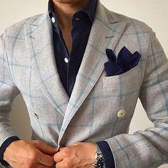 Toller, hellgrauer Fensterkarozweireiher aus Baumwolle mit Leinen, schön kombiniert mit dunkelblauem Hemd und Pochette.