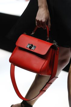 Detail / Giorgio Armani / Mailand / Frühjahr 2018 / Kollektionen / Fashion Shows / Vogue Giorgio Armani, Stylish Handbags, Purses And Handbags, Armani Jeans Handbags, Vogue Paris, Versace Bag, Fab Bag, Bags 2018, Luxury Bags