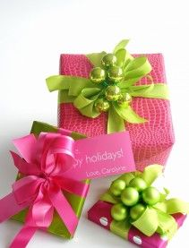 🌟Tante S!fr@ loves this 📌🌟Christmas holiday gift wrap idea: hot pink croc embossed print wrapping paper, green ribbon, green bauble decorations Creative Gift Wrapping, Creative Gifts, Wrapping Ideas, Wrapping Gifts, Pretty Packaging, Gift Packaging, Craft Gifts, Diy Gifts, Holiday Gifts