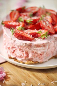 """Ce gros gâteau m'a pris 15 minutes à faire ! C'est une recette incroyable d'Annabel Langbeim.Ce gâteau """"nuage"""" se sert glacé mais sa texture n'est pas cel"""