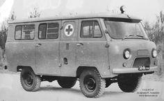 УАЗ-452АГ В 1965 году Ульяновским заводом были изготовлены два новых образца санитарных микроавтобусов с гидропневматической подвеской. Для устранения недостатков, отмеченных при испытании УАЗ-452ГП, была использована рычажно-штанговая конструкция направляющего устройства подвески, полуавтоматическая регулировка высоты кузова с подкачкой рабочей жидкости насосом, имеющим привод от двигателя, уменьшено давление рабочих тел подвески и улучшена конструкция уплотнителей.