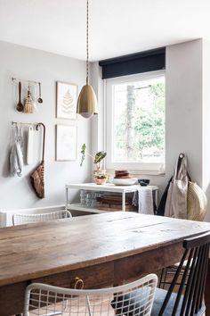 Lichte eetkamer met een boeren eettafel   Bright dining room with a farmers dining table   vtwonen 02-2018   Fotografie & styling Holly Marder/Avenue Design Studio