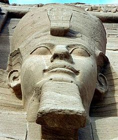 Close-up of one of the colossal statues of Ramesses II, wearing the double crown of Lower and Upper Egypt. @Jess Pearl Pearl Pearl Liu zheng.wikipedia.org