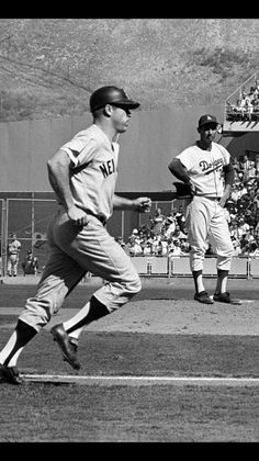 Sandy Koufax glares at Mickey Mantle after he hit a home run in Game 4 of the 1963 World Series. Baseball Star, New York Yankees Baseball, Yankees Fan, Dodgers Baseball, Sports Baseball, Baseball Players, Baseball Games, Baseball Wall, Mlb Players