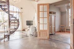Wat een bijzondere combinatie van materialen in deze woning! De verkoper vertelde dat de woning eigenlijk om deze prachtige houten deuren heen gebouwd is. De deuren waren er namelijk eerder dan het ontwerp ;)