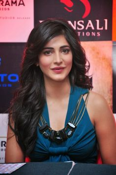 shruti Hassan hd wallpapers in Tollywood heroines gallery. She was an Indian film actress, Singer and musician. Shruti Hassan hd Images and hot photo gallery. Indian Bollywood Actress, Bollywood Girls, Indian Film Actress, South Indian Actress, Indian Actresses, South Actress, Tamil Actress, Victoria Beckham, Hot Images Of Actress