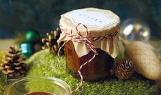 Chcete se u vánočního stromku vyhnout falešné radosti nad dalším nepadnoucím svetrem? Zkuste letos o Vánocích darovat to, co ocení všichni – něco na zub! Vyberte si z našich nápadů na domácí pochoutky, které udělají zaručeně radost. #recept #vanoce #jedlydarek #vajecnykonak #vajecnak #cokolada #domaci #recipe #christmas #chirstmasgift #eggnog #egg #eggyolk #chocolate #homemade Granola, Nutella, Stuffed Mushrooms, Presents, Gift Wrapping, Vegetables, Gifts, Food, Cooking