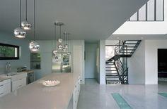 Open plan : the central island determines the kitchen. By Barthelemy Ifrah Architecture - Bar de cuisine : l'ilot central délimite l'espace. Par Barthélémy Ifrah Architecture