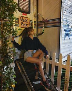 Lisa Blackpink at Coachella party update Kim Jennie, South Korean Girls, Korean Girl Groups, Lisa Black Pink, Ft Tumblr, Lisa Bp, Story Instagram, Lisa Blackpink Instagram, Blackpink Fashion