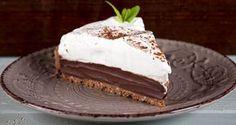 Συνταγή για τάρτα σοκολάτας από τον Άκη Πετρετζίκη. Η πιο νόστιμη τάρτα σοκολάτας με τραγανή χειροποίητη σοκολατένια βάση. Μία σοκολατένια απόλαυση για όλους!