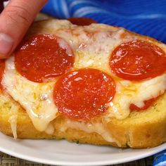 Texas toast pizzas for kids! The easiest dinner or lunch recipe idea that kids can actually make. Yummy cheesy pizzas! Kids Meal Ideas, Kids Dinner Ideas, Dinner Recipes For Kids, Dinners For Kids, Kids Meals, Pizza Snacks, Pizza Recipes, Lunch Recipes, Chicken Recipes