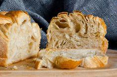 Wenn auch nicht so ideal wie im Originalrezept, macht die lockere und butterige Krume des Croissant-Brotes etwas her.