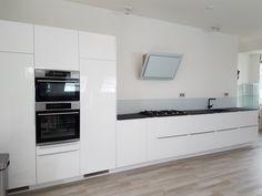 De nieuwe keuken #glazz  #glazenkeukenblad #glazenachterwand #wit #blij #keuken #werkblad #matzwart Double Vanity, Kitchen Cabinets, Bathroom, Home Decor, Washroom, Decoration Home, Room Decor, Cabinets, Full Bath