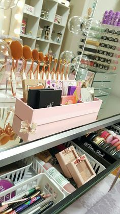 Makeup Forever In Ulta outside Makeup Looks Tutorial. Makeup Revolution Near Me lest Makeup Artist Business The post Makeup Forever In Ulta outside Makeup Looks Tutori… appeared first on Woman Casual. Vanity Room, Vanity Set, Vanity Decor, Mirror Bathroom, Vanity Ideas, Small Bathroom, Rangement Makeup, Make Up Storage, Storage Ideas