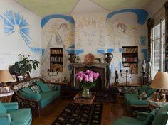 À Santo Sospir, la villa de Francine Weisweiller, à Saint-Jean-Cap-Ferrat, Jean Cocteau était l'invité permanent. Il y a laissé de nombreuses fresques.