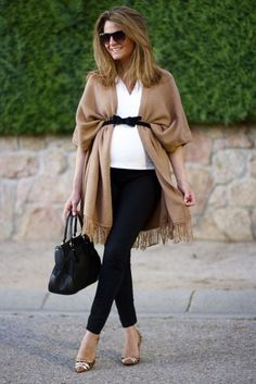 Perfect for the fall! Another poncho or jacket is loosely tied with a belt over the baby's belly. Stylish idea Maternity wear Fashion for pregnant women modern Trend maternity clothes – pregnancy. Stylish Maternity, Maternity Wear, Maternity Clothing, Maternity Dresses, Dresses Dresses, Maternity Looks, Maternity Swimwear, Maternity Pants, Celebrity Maternity Style