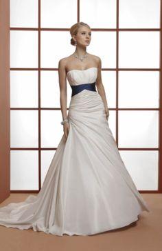 Vestido de novia color blanco con detalle en azul fajin con lazo en la parte de detras, muy cómodo. Can can incluido. Talla 44 , Coleccion 2013. En perfecto estado.
