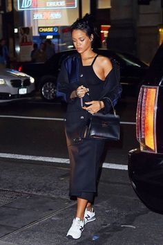 Rihanna out and about in NYC. Rihanna Street Style, Mode Rihanna, Rihanna Fenty, Looks Rihanna, Rihanna Love, Rihanna Casual, Look Fashion, Fashion Outfits, Womens Fashion