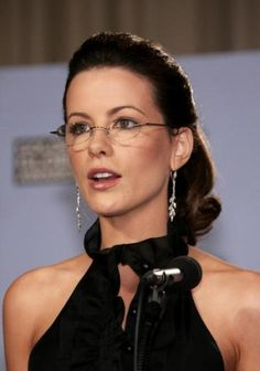 Kate Beckinsale studied French and Russian literature at Oxford University. Smith Young Writers' competition twice with short stories and poems. She is also fluent in four languages (English, German, Russian and French). Kate Beckinsale Hot, Kate Beckinsale Pictures, Celebrities With Glasses, Celebrity Glasses, Beautiful Celebrities, Beautiful Women, Beautiful People, Elegance Hair, Wearing Glasses