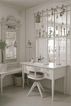Pretty white-on-white with silver Christmas decor❣