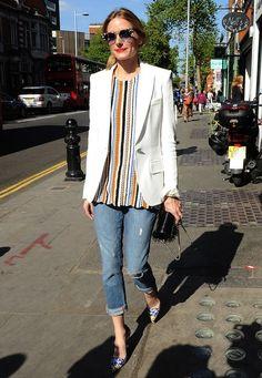 """Modische Stars: Die """"Königin des Streetstyles"""", It-Girl und Designerin Olivia Palermo, mixt erneut ein umwerfendes Outfit. Schmale Jeans, farbenfrohe Eyecatcher-Bluse und der weiße, taillierte Blazer harmonieren bei strahlendem Sonnenschein perfekt miteinander."""