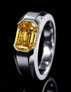 Unusual to see such a huge fancy diamond in a GENTS ring / still billionaires want to be as flamboyant as their partner in life too ☑️