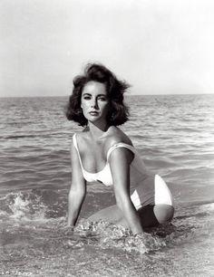 Elizabeth Taylor En la provocadora cinta 'De repente, el último verano' (1959), Elizabeth Taylor se dio unos sugerentes chapuzones (en la Costa Brava, por cierto) para los que prefirió el bañador al bikini. Su trabajo le hizo ganar el Globo de Oro y, además, le dio una nominación al Oscar.