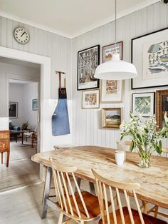 Love this farmhouse dining room witha vintage style. #farmhouse #diningroom #vintage #design #décor