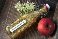 Holunderblüten entfalten in Apfelessig ein tolles Aroma - schnelles DIY Dairy, Cheese, Food, Fast Recipes, Amazing, Essen, Meals, Yemek, Eten