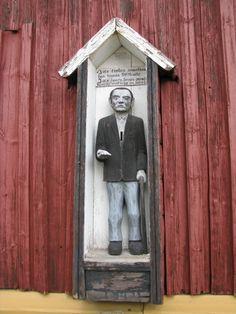Karvian kirkon vaivaisukon on valmistanut vuonna 1960 talollinen Juho Viitamäki. Edellinen ukko on kadonnut kirkon edustalla tehtyjen kaivaustöiden aikana 1950-luvun lopulla. (Lähde: Vaivaisukot, Markus Leppo).