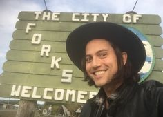 Jackson was really excited to be in Forks for Alice And Jasper, False Facts, Jackson Rathbone, Twilight Stars, Twilight Pictures, Funky Fashion, Movies Showing, Movie Tv, Fangirl