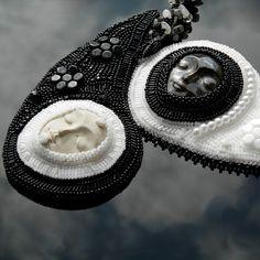 Souznění+Autorský+šperk+tento+náhrdelník+je+vyroben+časově+náročnou+technikou+šitého+šperku+a+korálkové+výšivky.+Inspiraci+jsem+vzala+se+znamení+jing+jang+-tomnota+a+světlo.+Na+náhrdelník+jsou+použity+krásné+kerašony+odEfraim+keramické+šperky+a+komponentykteré+jsou+obšívané+českými+perličkami+preciosa+ornela+a+kvalitními+japonskými+korálky+TOHO....