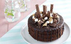 Als je dan voor chocola gaat, wil je het goed doen natuurlijk: driedubbelop choco in, tussen en rond deze hemelse chocolate cake.
