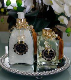 Conjunto para lavabo  Sabonete líquido vidro conico - 350ml  Difusor de aromas 200ml  Varetas decoradas.    * não inclui bandeja e toalha.  Toalha de lavabo - R$39,90  Bandeja strass - R$79,90