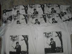 """Tempos de Morte ESTAMPARIA: Arte final. Telas sob encomenda. Estampas de/em camisas masculinas e femininas (e outros materiais). Fornecemos as camisas ou estampamos a sua própria. Personalizamos e estampamos a sua ideia: imagem, foto, frase ou logo preferido. Envie a sua ideia ou escolha uma das """"nossas"""".... Blog: http://knupsilk.blogspot.com.br Pagina facebook: https://www.facebook.com/pages/KnupSilk-EstampariaSerigrafia/827832813899935?pnref=lhc https://twitter.com/KnupSilk"""