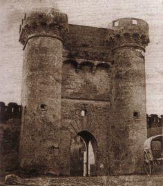 Portal Nou, entrada a la ciudad desde el puente de San José, derribado en 1868. Estaba situado en donde actualmente se planta la falla...