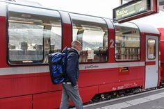 il peso della famiglia - sono stato sul trenino rosso del Bernina... mia cognata non fa mai un viaggio senza portarsi dietro tutte le sue cose, tanto ha il portatore personale che si carica il peso della famiglia: quello che vedete è un borsone che diventa zaino e non avete idea di quanto pesi (chiedete a mio cognato).