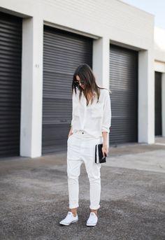 La mejor manera de llevar tus pantalones blancos es combinarla con prendas blancas ¡Un look súper fresco!