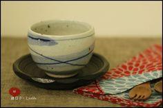 和風手繪染深淺藍兩色線條抹茶杯,日式茶杯,煎茶杯+木質大杯墊(茶托)/杯子尺寸:H7.2×ø10cm /材質:陶磁  ★售價NT$780元★郵資65元