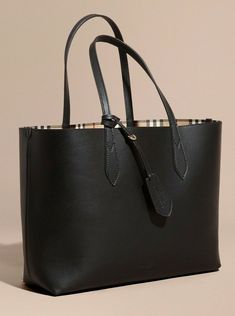 Find tips and tricks, amazing ideas for Burberry handbags. Discover and try out new things about Burberry handbags site Burberry Tote Bag, Burberry Handbags, Prada Handbags, Black Handbags, Fashion Handbags, Purses And Handbags, Fashion Bags, Leather Handbags, Luxury Handbags