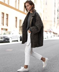 Manteau gris oversize + jean boyfriend blanc 7/8 + baskets blanches = le bon mix (blog Make It Last)