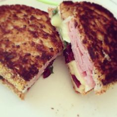 Grilled-cheese : jambon, brie, canneberges et épinards Brie, Sandwiches, Food, Ham, Kitchens, Meal, Eten, Meals, Paninis