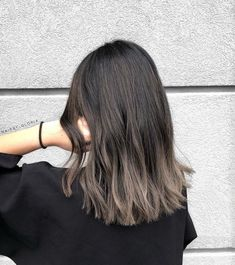 This medium length haircut has long layering with choppy, textured tips. Super-flattering beige, honey, caramel and ice-blue medium hairstyles for women. Hairstyles&Haircuts This medium length haircut has long layering with choppy, textured tip Medium Length Hair With Layers, Medium Hair Cuts, Medium Hair Styles, Curly Hair Styles, Medium Layered, Brown Hair Looks, Ash Brown Hair Color, Ombre Hair Color, Color For Long Hair