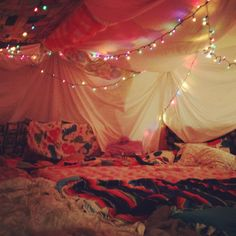 Amazing fort for a girly night in! <3 Blanket Forts, Pillow Forts, Blankets, Things To Do At A Sleepover, Things To Do At Home, Fun Things, Sleepover Party, Slumber Parties, Home Parties