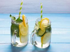 Infused-Water-Rezepte: Wasser mit Geschmack selber machen - WOMZ Healthy Eating Tips, Healthy Nutrition, Infused Water Recipes, Vegetable Drinks, Fruit Recipes, Detox Drinks, Herbalife, Moscow Mule Mugs, Fruits And Vegetables